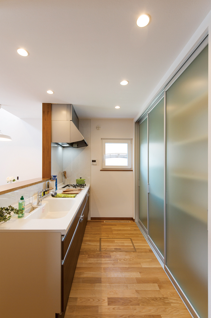 収納扉つきキッチン収納
